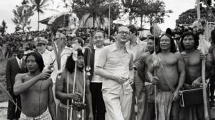 Jacques Chirac en décembre 1975 en compagnie d'Indiens de Maripasoula, en Guyane.
