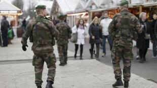 Des soldats français du plan Vigipirate patrouillent le long des Champs-Elysées, le 23 décembre 2014.