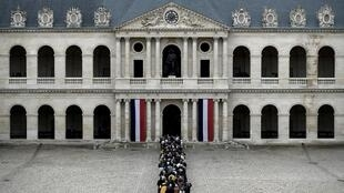 La foule suivant le cercueil de Jacques Chirac à l'entrée de la cathédrale Saint-Louis-des-Invalides.