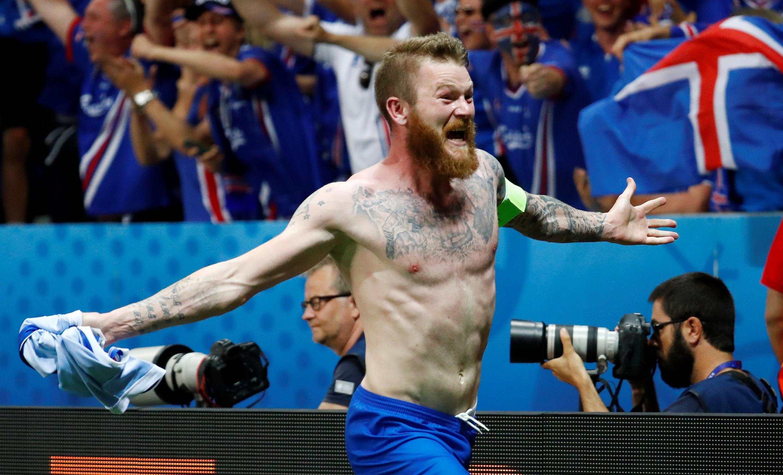 Aron Gunnarsson comemora vitória histórica contra a Inglaterra e a classificação inédita da Islândia para as quartas de final da Eurocopa.