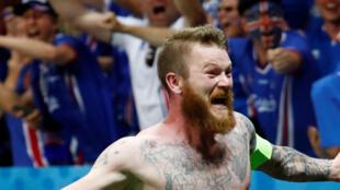Cầu thủ Aceland Aron Gunnarsson vui mừng chiến thắng sau trận thắng Anh 2-1, ngày 27/06/2016