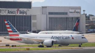 Un avión de American Airlines y otro de Delta Airlines aguardan su turno para despegar en las pistas del aeropuerto de Pekín el 25 de julio del año 2018