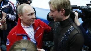 Vladimir Poutine et Evgueni Plushenko après avoir remporté la médaille d'or par équipe dimanche 9 février 2014.
