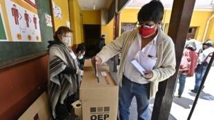 Un hombre emite su voto durante las elecciones regionales en Bolivia, el 7 de marzo de 2021, en Laja, 30 km al oeste de La Paz