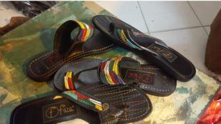 Les sandales en cuir de Mba ont fait sa renommée internationale.