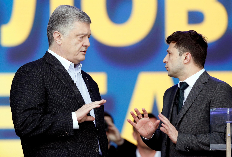 A deux jours du second tour, l'acteur Volodymyr Zelensky, 41 ans, et le président sortant Petro Porochenko, 53 ans, se sont affrontés devant des milliers de supporters réunis au stade Olimpiïski, à Kiev, le 19 avril 2019.
