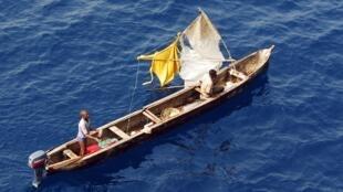 (illustration) Esquif de pêche artisanale dans le golfe de Guinée. Outre la piraterie, la pêche illicite et le pillage des ressources halieutiques sont aussi des fléaux dans le golfe de Guinée.