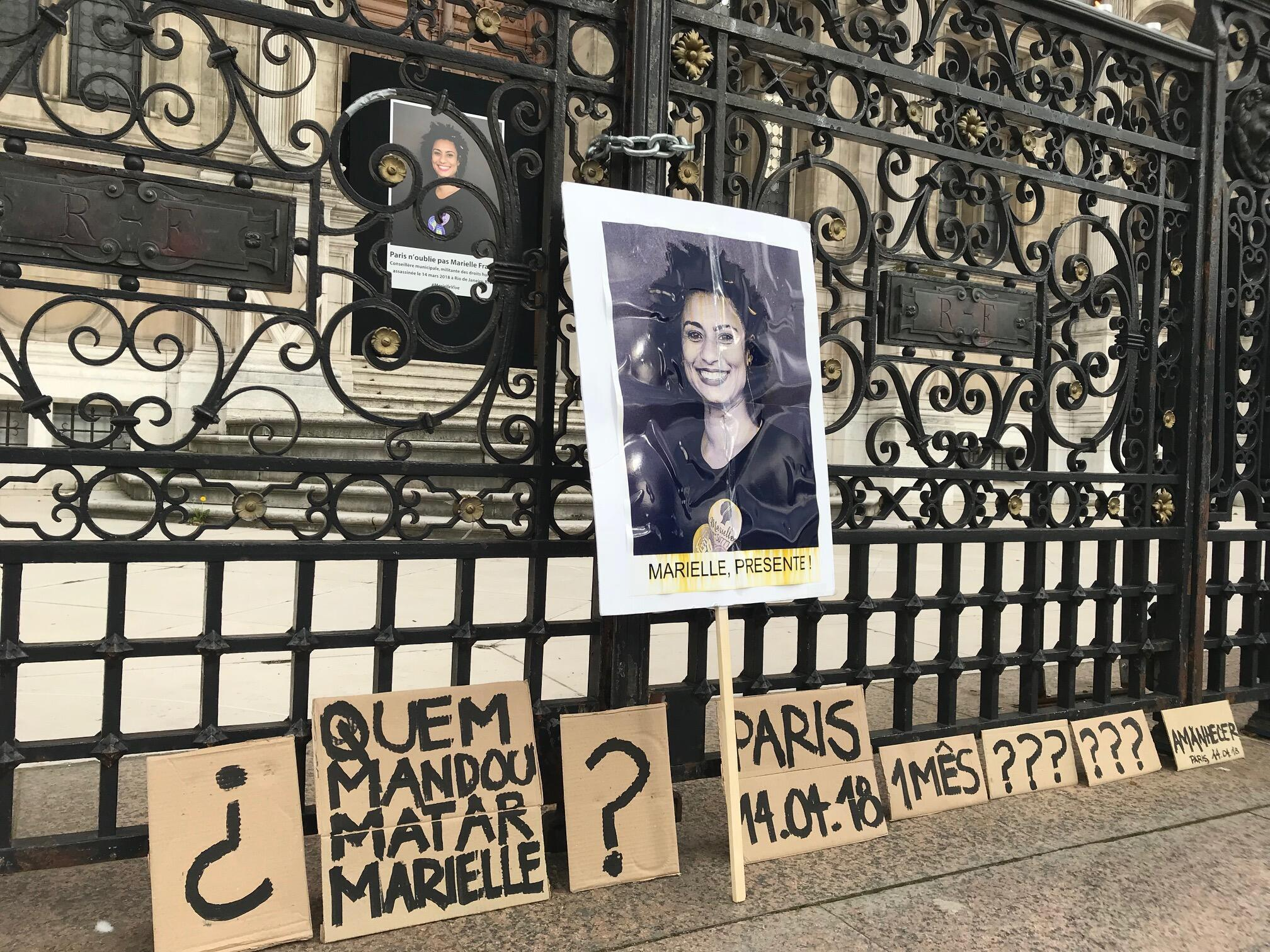Foto de Marielle Franco está exposta diante da prefeitura de Paris, onde foi realizado o protesto um mês após o assassinato da vereadora brasileira