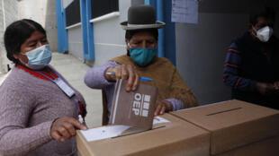 Una electora boliviana vota en El Palomar, Bolivia, el 7 de marzo de 2021.