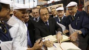 法國總統奧朗德參觀今天(2016年2月27日)開幕的法國農業展。