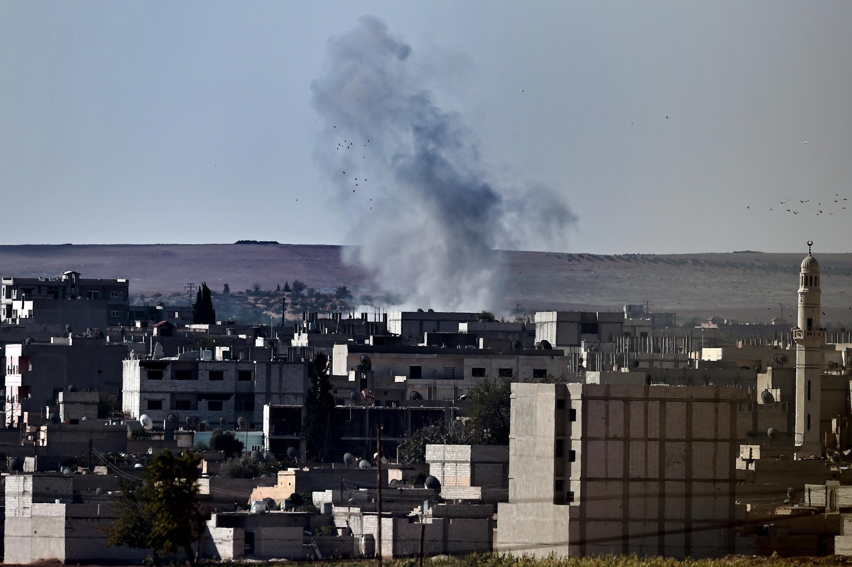 A la frontière turco-syrienne de Mursitpinar on pouvait voir s'élever de la fumée dans la ville kurde de Kobane, ce dimanche 5 octobre.