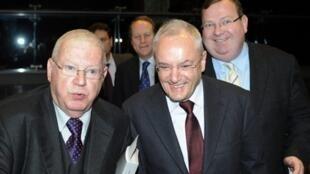 Le sénateur du Puy-de-Dôme et ancien ministre du Budget, Michel Charasse (g), l'ancien ministre Jacques Barrot (c) le président de la Commission des Lois, Jean-Luc Warsmann (d), arrivent le 24 février 2010 à l'Assemblée nationale à Paris.