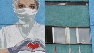Fresque murale représentant une travailleuse de santé à Lviv, le 21 juin, en Ukraine.