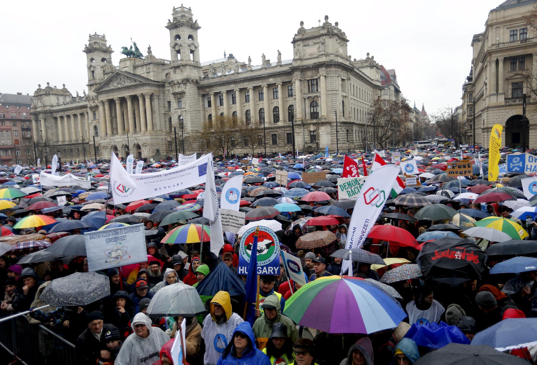 Hàng chục ngàn người đội mưa biểu tình phản đối chính sách giáo dục của chính phủ tại Budapest, Hungary ngày 13/02/2016.