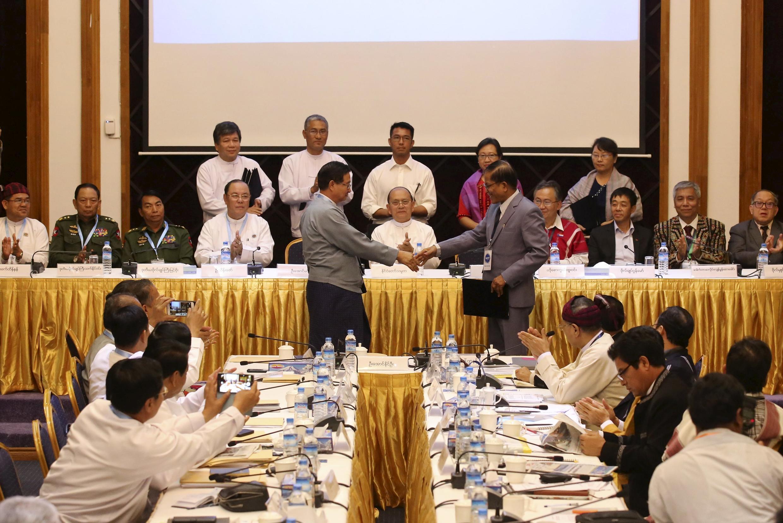 Tổng thống Miến Điện và Aung Min cùng với Naing Han Tha.