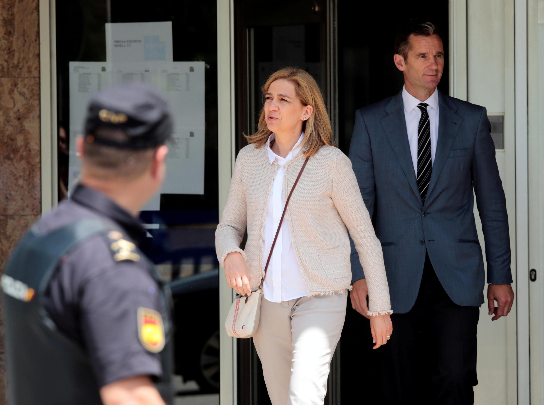 Испанская инфанта Кристина и ее муж Иньяки Урдангарин покидают суд города Пальма-де-Майорка после вынесения приговора.