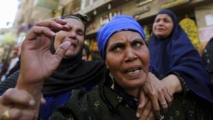 'Yan uwa da dangin magoya bayan hambararren shugaban kasar Masar Mohammed Morsi suna kuka bayan  yanke wa 'yan uwansu da 'yayansu hukuncin Kisa.