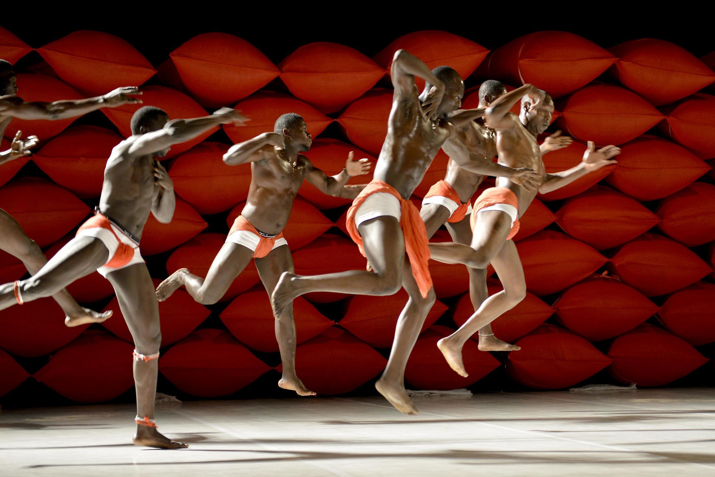 «Clameur des arènes», lutte et danse contemporaine, chorégraphiée par Salia Sanou, au Tarmac à Paris.