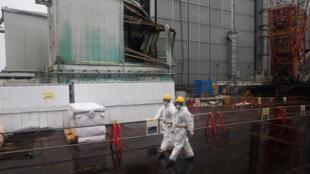 Công nhân làm nhiệm vụ tẩy rửa, chống nhiễm xa tại nhà máy điện Fukushima ngày 23/02/2017.