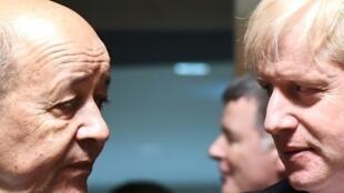 Los ministros de Relaciones Exteriores francés, Jean-Yves Le Drian (i), y británico, Boris Johnson, en un consejo europeo en Luxemburgo el 16 de abril de 2018
