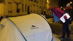 Voluntários percorreram as ruas de Paris para localizar e contar os desabrigados.