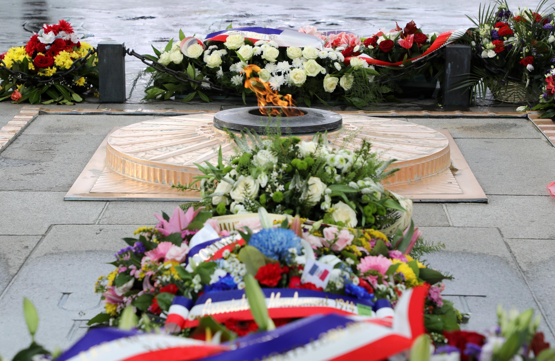 Могила неизвестного солдата, павшего в Первой мировой войне, под Триумфальной аркой в Париже