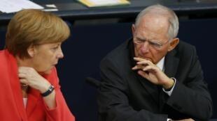 Le ministre des Finances allemand, Wolfgang Schäuble, avec la chancelière Angela Merkel, le 17 juillet 2015 au Bundestag.