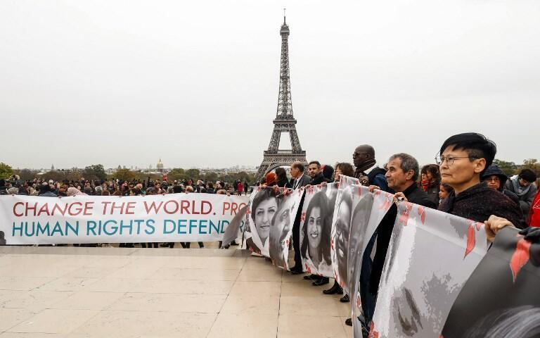 Des personnes se réunissent à la place du Trocadéro pour la fin du Sommet des droits de l'Homme, le 31 octobre 2018.
