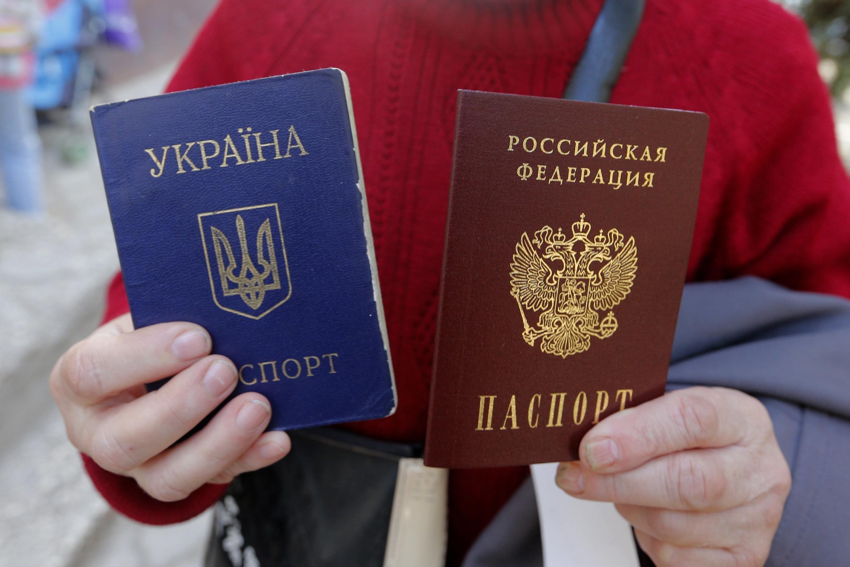 Крымчанка с российским и украинским паспортом.