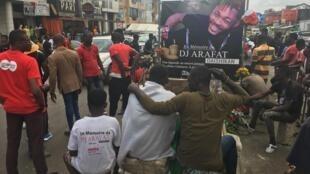 Depuis la mort de la star du coupé-décalé, le lieu de l'accident est gardé par ses fans, les «Chinois», à Angré, dans la commune de Cocody, à Abidjan.
