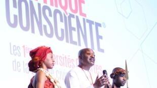 Au centre Gilles Atayi, à l'initiative du mouvement «Afrique consciente».