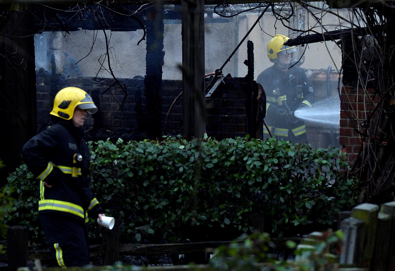 Bombeiros lutam contra chamas em zoo de Londres.