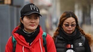 Li Wenzu (à gauche), épouse de l'avocat Wang Quanzhang, aux côtés de Lin Ermin, la femme du défenseur des droits de l'homme Zhai Yanmin, condamné à trois ans de prison en août 2016.