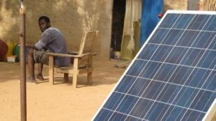 Une habitation alimentée en énergie par des panneaux solaires, en périphérie de Bamako.