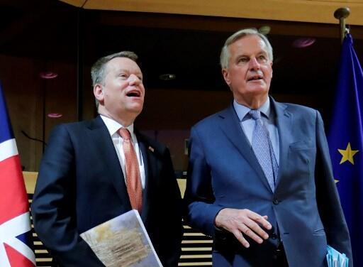 O negociador-chefe da União Europeia, Michel Barnier (à direita), e o britânico David Frost, encarregado das negociações pelo Reino Unido, posam para uma fotografia no início da primeira rodada de discussões comerciais pós-Brexit, em Bruxelas, em 2 de março de 2020.