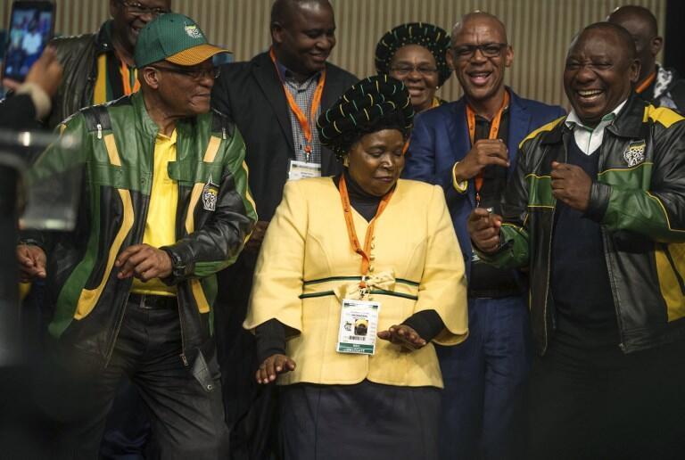 L'ANC est divisée entre les soutiens de Nkosazana Dlamini-Zuma (au centre) et du vice-président Cyril Ramphosa (à dr.), ici aux côtés du président Jacob Zuma le 5 juillet 2017 à Johannesburg.