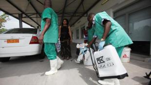 Agentes de saúde participam uma sessão de treinamento contra o vírus Ebola em Kinshasa, na República Democrática do Congo. Foto do 21/10/14