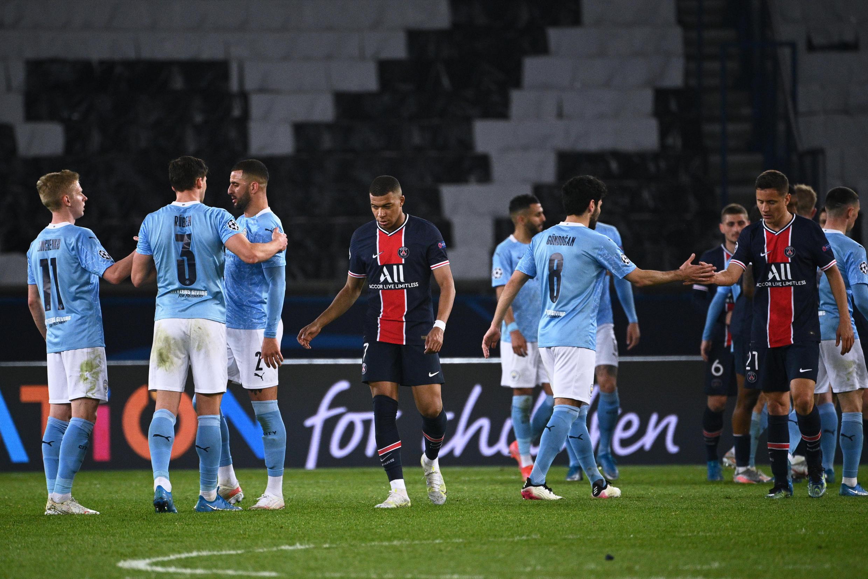 Los jugadores del inglés Manchester City celebran cerca del delantero francés Paris Saint-Germain Kylian Mbappé (4to I) tras ganar el partido de ida de semifinales de la Liga de Campeones UEFA en el estadio Parque de los Príncipes en París, el 28 de abril de 2021.