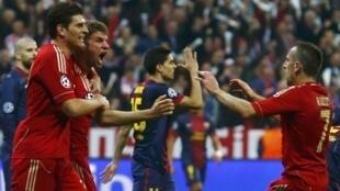 Thomas Müller comemora a vitória de seu time, o Bayern de Munique, por 4 a 0 sobre o Barcelona nesta quarta-feira, 24 de abril de 2013.