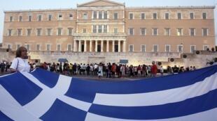 Taxistas protestam em frente ao Parlamento grego.