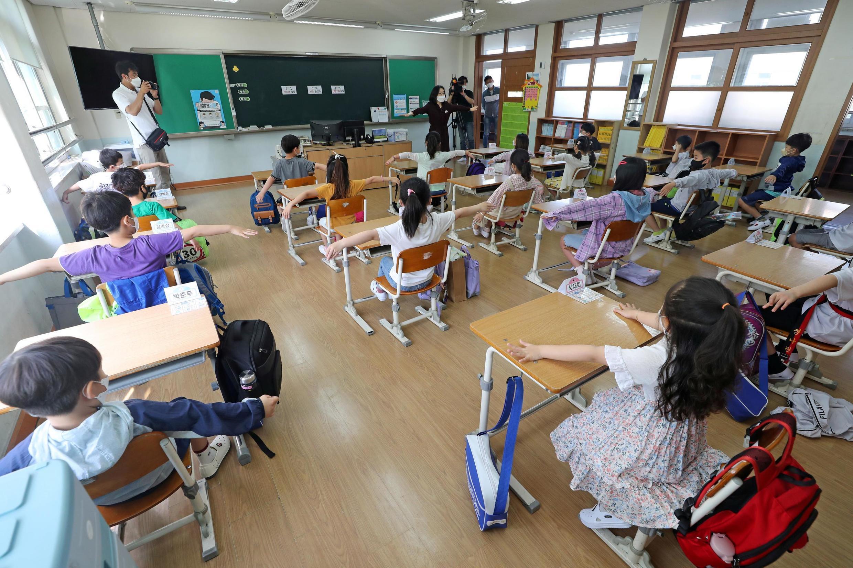 Dans la ville de Daejeon, en Corée du Sud, des élèves reviennent à l'école, le 27 mai 2020.