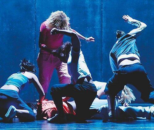 Depois de apresentar as coreografias Raio X e Febre, o grupo Membros a aborda a violência contra a mulher na peça Medo.