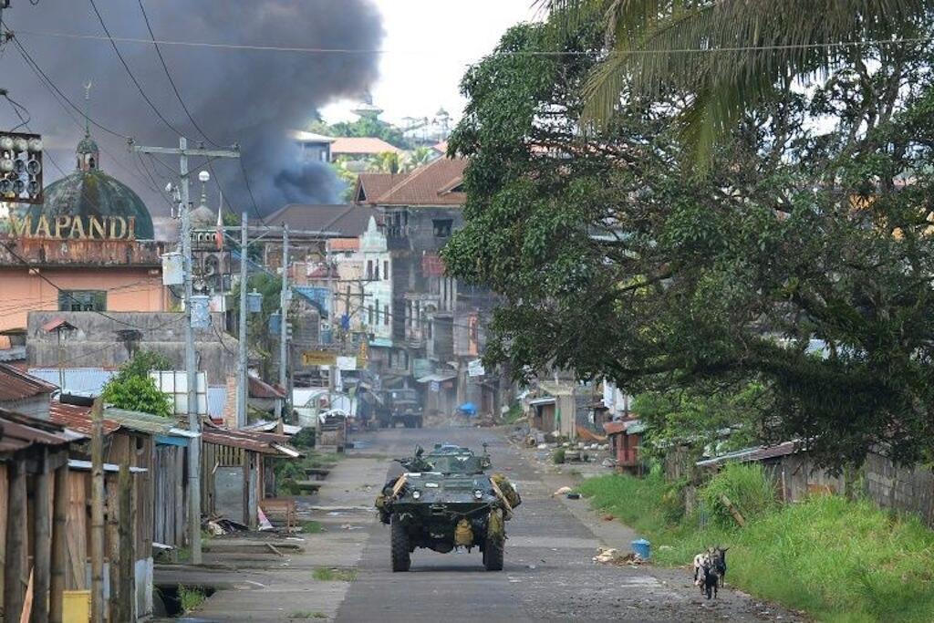 Askari wa Ufilipino akiwa katikakifaru cha kijeshi katika mji wa Marawi katika kisiwa cha Mindanao, Mei 30, 2017.