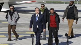 French President François Hollande with former hostages Marc Feret, Pierre Legrand and Daniel Larribe, Thierry Dol (L-R)