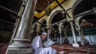 Un homme lit le Coran, à la mosquée al-Azhar au Caire, le 2 octobre 2015. Le grand imam d'al-Azhar a, selon les coptes, mis dans le même sac victimes et bourreaux de l'attentat contre la cathédrale copte du Caire.