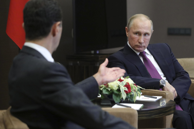 Rais wa Urusi Vladimir Putin akimpokea mwenzake wa Syria, Bashar al-Assad, Sochi, Novemba 20, 2017.