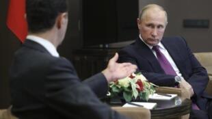 A la veille du sommet consacré au conflit syrien, le président russe Vladimir Poutine a reçu son homologue syrien, Bachar el-Assad, à Sotchi, le 20 novembre 2017.