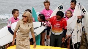 A primeira-dama francesa, Brigitte Macron, ao lado de um grupo de surfistas em Biarritz