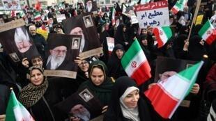 Manifestantes pró-governo saem às ruas em Teerã, em 25 de novembro de 2019.