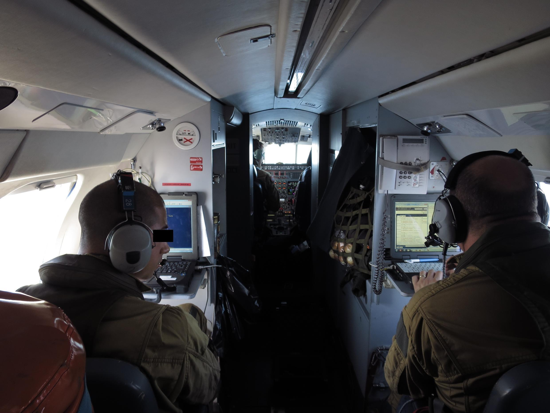 Thủy thủ đoàn 6 người trên chiếc Falcon 50 của Hải quân Pháp tuần tra ngoài khơi Libya. Ảnh chụp ngày 22/09/2016